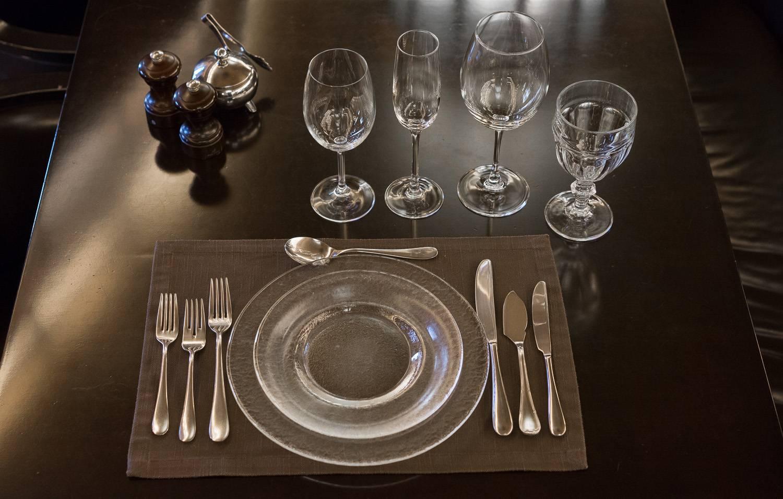 Предаются любви в кафе руками под столом фото 783-424