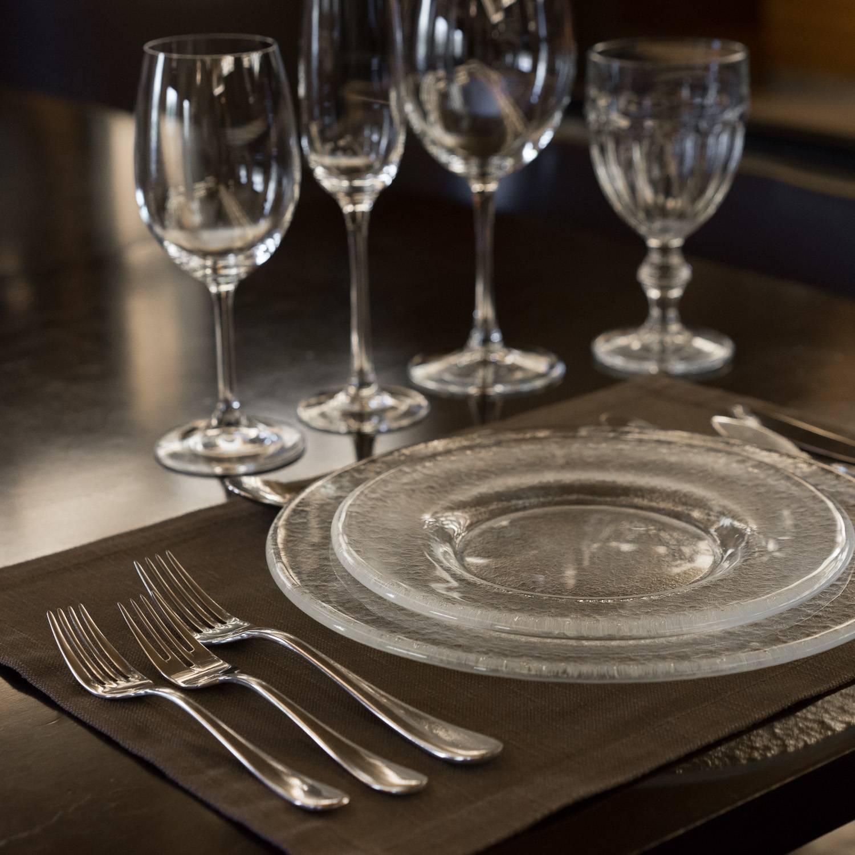 Предаются любви в кафе руками под столом фото 783-399
