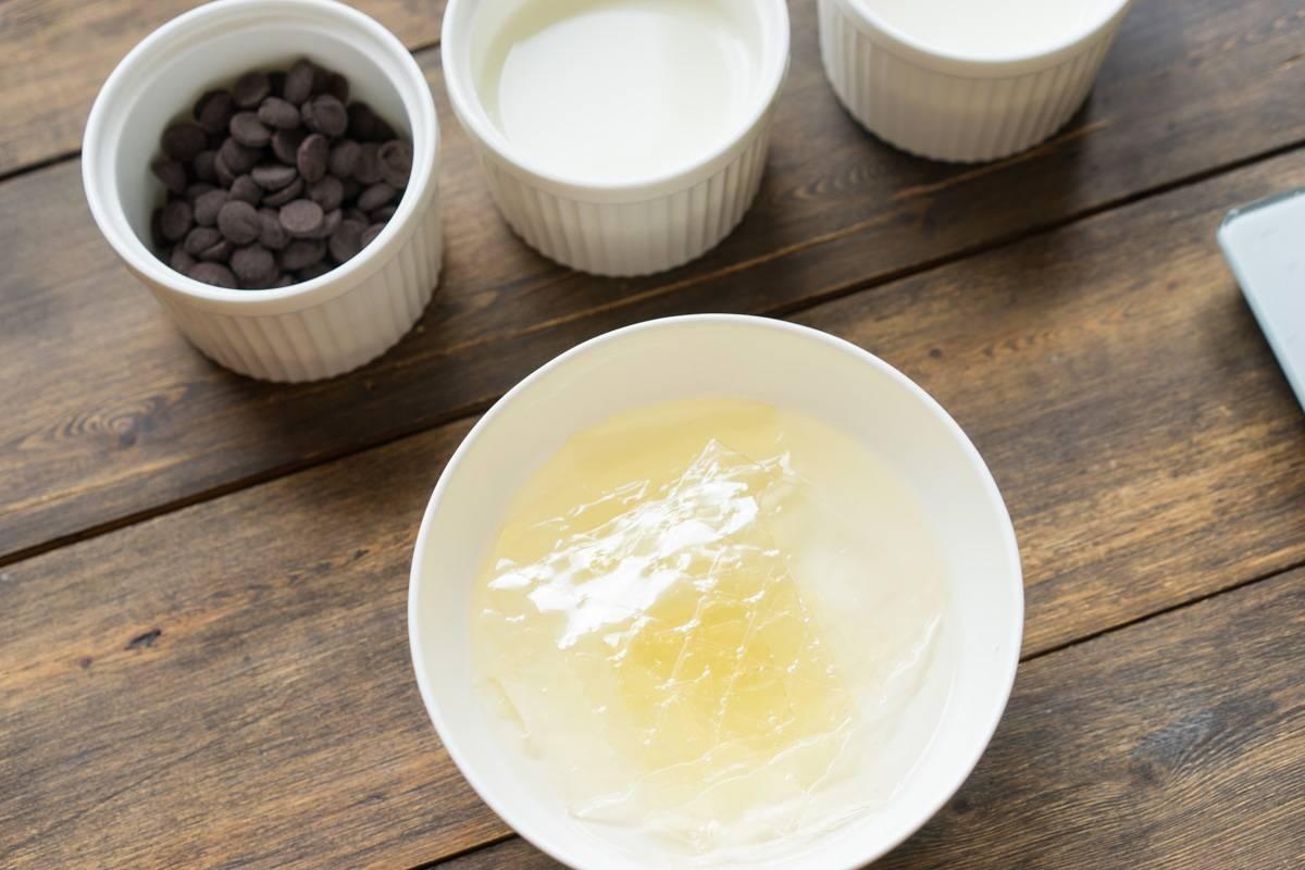 Как приготовить современный десерт, рецепт мусса, рецепт малинового конфи, как приготовить зеркальную глазурь, шоколадная глазурь, шоколадный бисквит, пошаговый рецепт с фото, блог andychef.ru