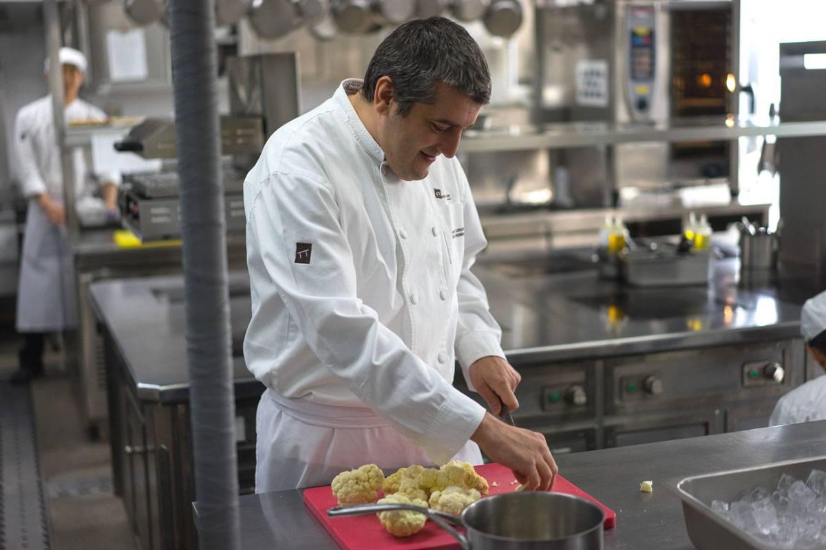 Frederic Eyrier - шеф со звездой Мишлен, готовит суп из цветной капусты в блоге andychef.ru