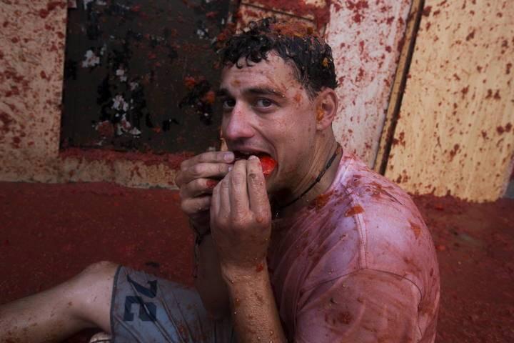 GRA129. BUÑOL (VALENCIA), 27/08/2014.- Unas 22.000 personas participan hoy en la fiesta de la Tomatina, una guerra a tomatazos en la que se lanzan durante una hora 130.000 kilos de tomate por las calles de la pequeña localidad española de Buñol (Valencia). EFE/Gustavo Grillo