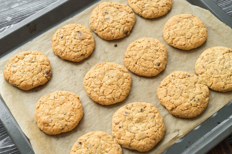 приготовление овсяного печенья с орехами и шоколадом